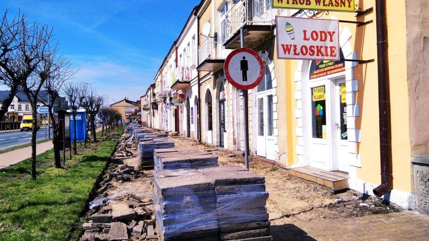 Wykonawca prace rozpoczął od demontażu starych płyt chodnikowych.