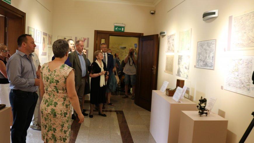 """Po prelekcji przyszedł czas na zwiedzanie wystawy """"Zwoleń i okolice na dawnych planach i mapach"""""""