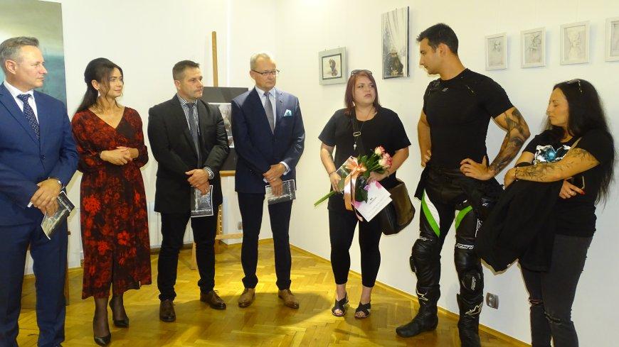 Zdjęcie z otwarcia wernisażu w Zwoleniu.