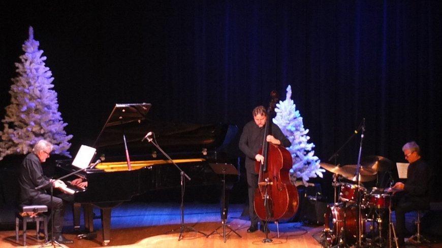 30 grudnia w Kinie Świt w Zwoleniu wystąpił zespół Andrzeja Jagodzińskiego Trio-Bach. Na zdjęciu członkowie zespołu.