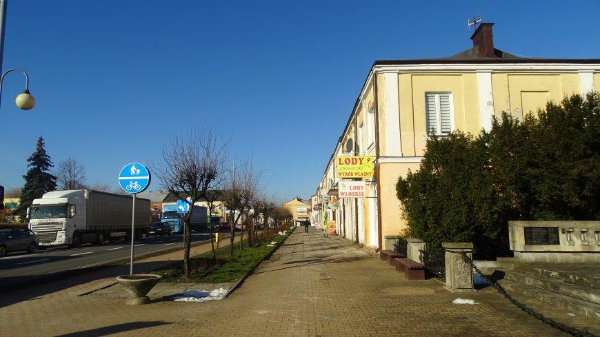 Obecny stan chodnika przy Placu Kochanowskiego.