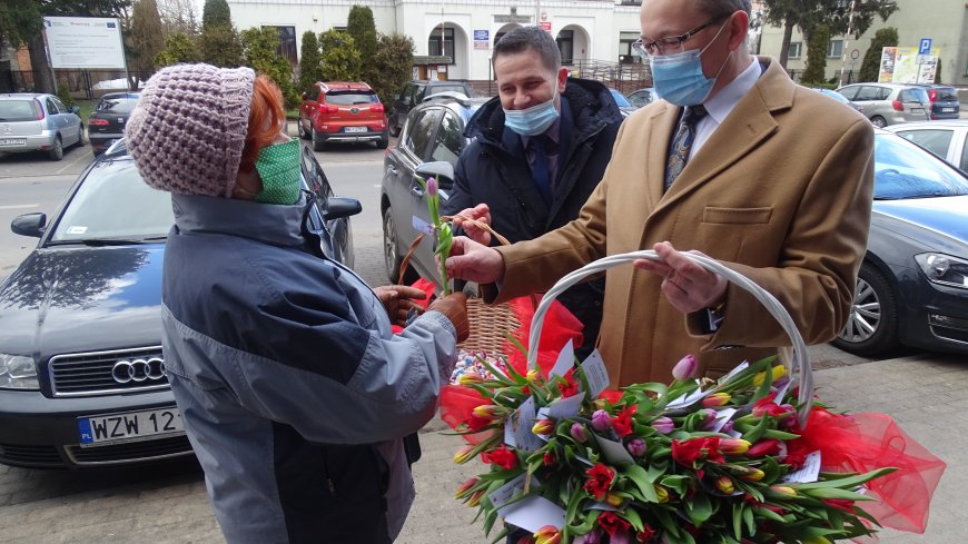 Burmistrz Zwolenia Arkadiusz Sulima wręcza symboliczny kwiat mieszkańce gminy Zwoleń.